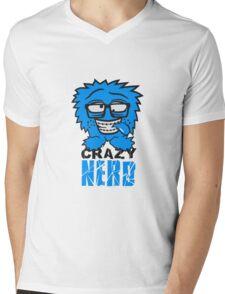 logo nerd geek schlau hornbrille zahnspange freak pickel haarig monster wuschelig verrückt lustig comic cartoon zottelig crazy cool gesicht  Mens V-Neck T-Shirt