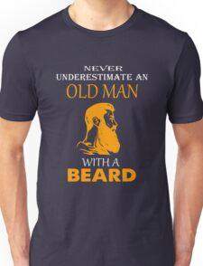 Never underestimate an old man with a beard T-shirt Unisex T-Shirt