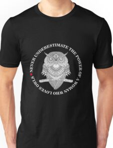 NEVER UNDERESTIMATE THE POWER OF A WOMAN WHO LOVES OWLS Unisex T-Shirt