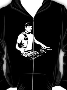 DJ Spock mixing on the decks (star trek) T-Shirt