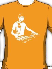 DJ Spock mixing on the decks (star trek) T-Shirt