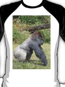 """An intimate portrait close-up 8 (c) (h) """"Back Silver"""" A gorilla who is the star of the day .... T-Shirt"""