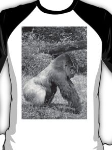 """An intimate portrait close-up 8 (n&b) (h) """"Back Silver"""" A gorilla who is the star of the day .... T-Shirt"""