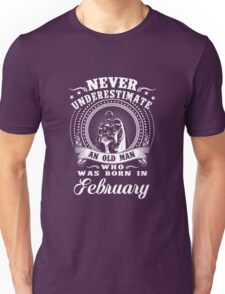 Never underestimate an old man who was born in february T-shirt Unisex T-Shirt