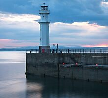 Newhaven Lighthouse by kirstymcwhirter