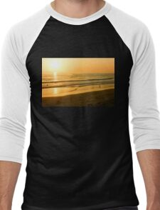 Glossy Gold and Surfers - Sunset on the Beach in California  Men's Baseball ¾ T-Shirt