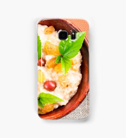 Old wooden bowl of healthy oatmeal with berries Samsung Galaxy Case/Skin