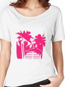 pink logo button urlaub strand sonne meer ferien fisch delfin silhuette palmen  Women's Relaxed Fit T-Shirt