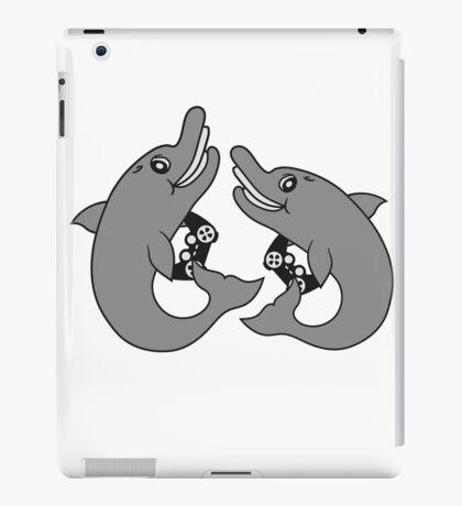 lanparty 2 freunde team brüder zocken zocker gamer spielen play controller spaß fun konsole computer nerd geek kleiner delfin süß niedlich frech comic cartoon grinsen lächeln lustig  iPad Case/Skin