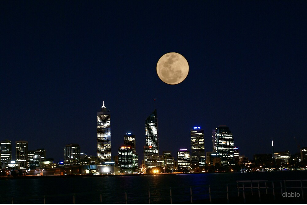 Perth skyline on a full moon. by diablo