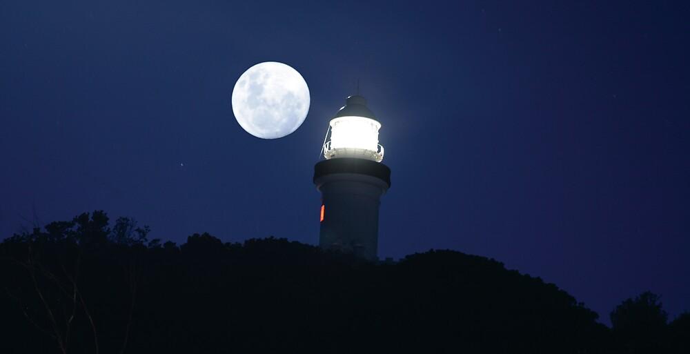 Full moon over Byron by caladarn