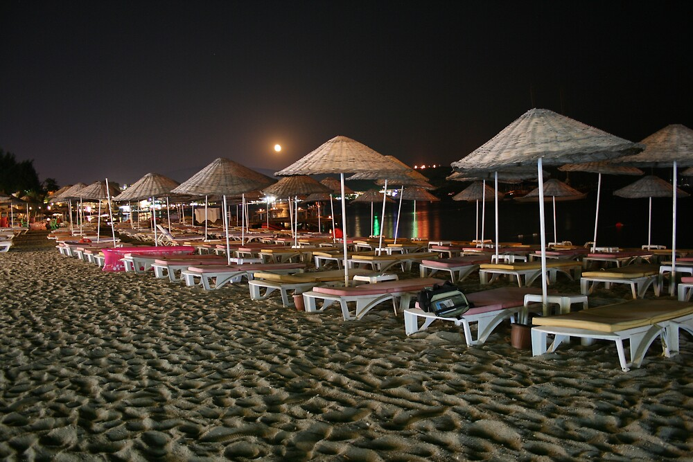 beach in the night by ghenadie