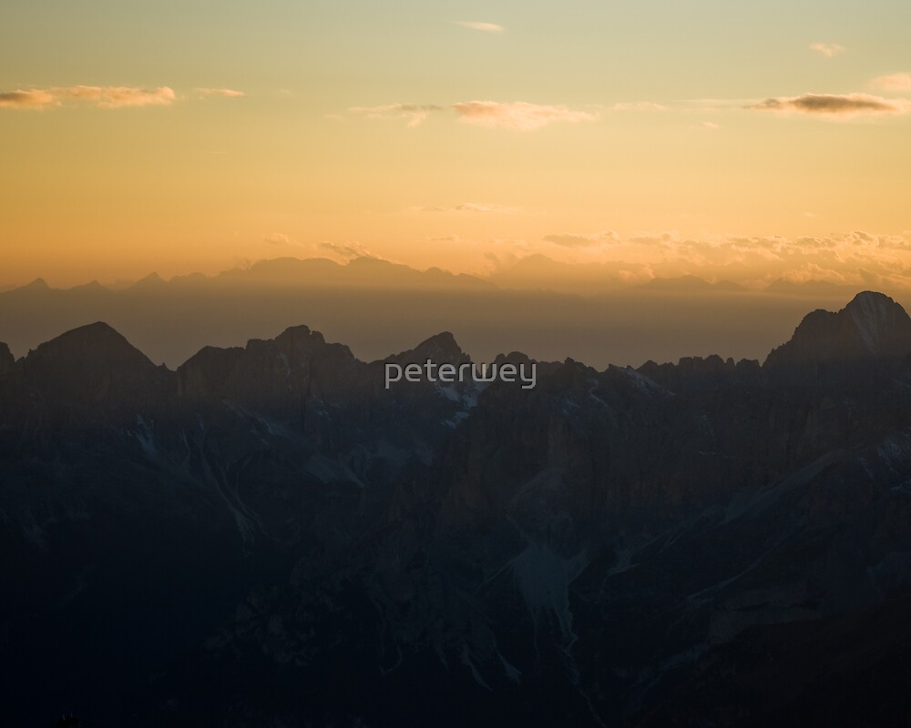 Distant mountain range by peterwey
