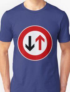Dem Gegenverkehr Vorrang gewähren!. T-Shirt