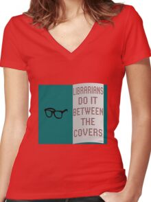LIBRARIANS DO IT BETWEEN THE COVERS Women's Fitted V-Neck T-Shirt