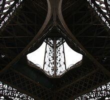 Au-dessous de la Tour Eiffel by ardwork