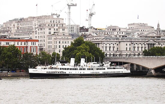 Boat moored on the Thames by karenlynda