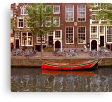 rode boot en oude dame Canvas Print