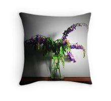 A violet swan song (un canto del cigno viola) Throw Pillow
