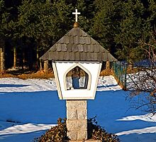 Wayside shrine in winter scenery | architectural photography by Patrick Jobst