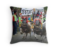 Bull races Throw Pillow