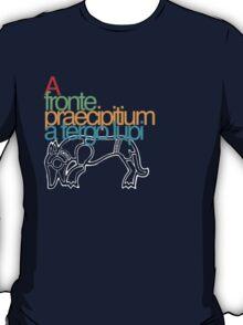 A fronte praecipitium a tergo lupi T-Shirt