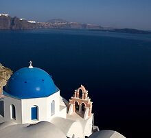 Blue church dome in Ía Santorini, Greece by Andrew Conn