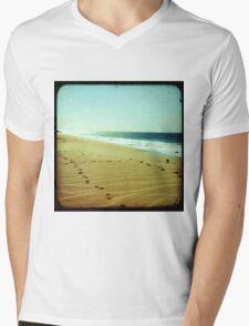 BEACH BLISS - Footprints Mens V-Neck T-Shirt