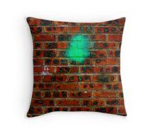 Peinture verte sur mur de briques Throw Pillow