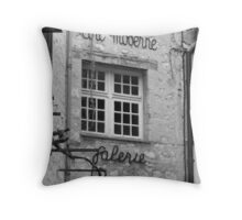 Tres Bon Throw Pillow