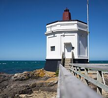 Bluff lighthouse by Anne Scantlebury