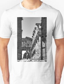 Paestum: girl photographer in the temple Unisex T-Shirt