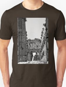Paestum: photographer girl in the temple Unisex T-Shirt