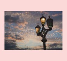 One Light Out - Westminster Bridge Streetlights, River Thames in London, UK Kids Clothes