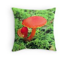 RED MUSHROOM Throw Pillow