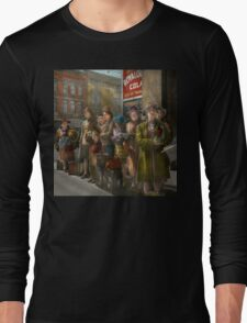 People - People waiting for the bus - 1943 Long Sleeve T-Shirt