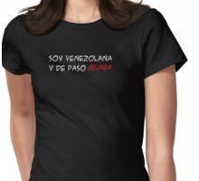 (F) Soy venezolana y de paso GUARA - letras blancas Womens Fitted T-Shirt