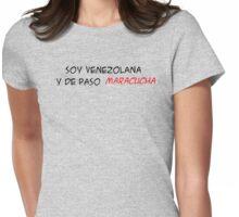 (F) Soy Venezolana y de paso Maracucha - letras negras y rojas Womens Fitted T-Shirt