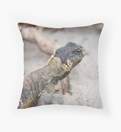 iguana in the jungla Throw Pillow