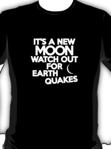 It's a new moon Watch out for earthquakes T-Shirt