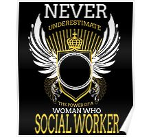 NEVER UNDERESTIMATE THE POWER OF A WOMAN WHO SOCIAL WORKER Poster