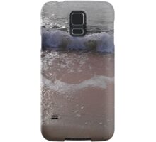 A gentle wave rolls onto a beach Samsung Galaxy Case/Skin
