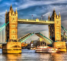 Tower Bridge and the Dixie Queen by DavidHornchurch