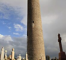Round tower at Kilmacduagh by John Quinn