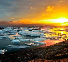 Jökulsárlón at sunrise by Árni  Tryggvason