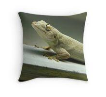 The gecko's gaze Throw Pillow