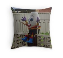Humpty-Dumpty sat on a wall Throw Pillow