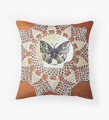farfalla su merletto  Throw Pillow