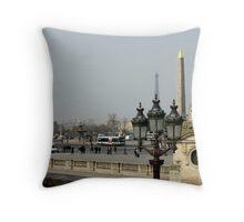 Place de la Concorde, Obélisque de Luxor et tour de Eiffel Throw Pillow