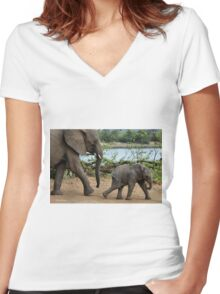 I CAN'T WALK FASTER ! - THE AFRICAN ELEPHANT – Loxodonta Africana Women's Fitted V-Neck T-Shirt